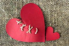 Μια σπασμένη κόκκινη καρδιά Ραμμένο νήμα Η έννοια του διαζυγίου, separat Στοκ φωτογραφίες με δικαίωμα ελεύθερης χρήσης