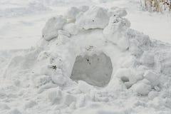 Μια σπηλιά είναι άσπρο snowdrift για το παιχνίδι στο ναυπηγείο το χειμώνα στοκ φωτογραφίες