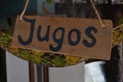 Μια στάση χυμού με ένα σημάδι που προσφέρει Jugos Στοκ Φωτογραφίες