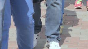 Μια στήλη του περπατήματος ανθρώπων φιλμ μικρού μήκους