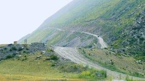 Μια στήλη των αυτοκινήτων οδηγά επάνω ένα πέρασμα βουνών φιλμ μικρού μήκους