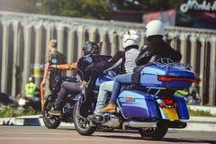Μια στήλη των μοτοσικλετών οδηγά κατά μήκος του δρόμου, μια άποψη μοτοσικλετών από πίσω, ένας γύρος μηχανών Στοκ εικόνες με δικαίωμα ελεύθερης χρήσης