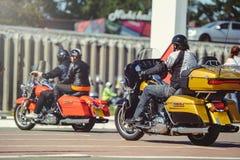 Μια στήλη των μοτοσικλετών οδηγά κατά μήκος του δρόμου, μια άποψη μοτοσικλετών από πίσω, ένας γύρος μηχανών Στοκ Φωτογραφία