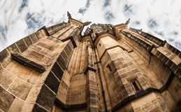 Μια στενή άποψη του καθεδρικού ναού του ST Vitus από από κατω έως επάνω με το κρύψιμο στεγών υψηλό στον ουρανό Στοκ φωτογραφίες με δικαίωμα ελεύθερης χρήσης