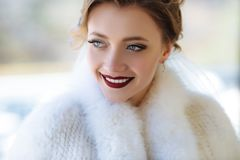 Μια στενή άποψη του προσώπου ενός νέου κοριτσιού με ένα ερυθρό χειλικό χρώμα Το πρότυπο χαμογελά ευρέως και παρουσιάζει άσπρα δόν Στοκ Εικόνες