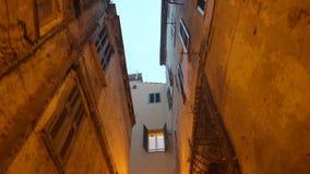 Μια στενή για τους πεζούς οδός με στην παλαιά ευρωπαϊκή πόλη απόθεμα βίντεο