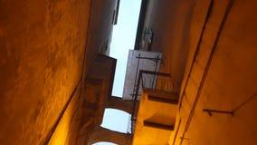 Μια στενή για τους πεζούς οδός με στην παλαιά ευρωπαϊκή πόλη φιλμ μικρού μήκους
