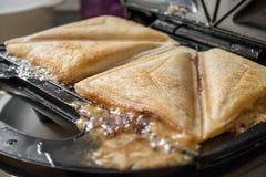 Μια στενή επάνω άποψη ενός ψημένου σάντουιτς σε έναν ψημένο κατασκευαστή σάντουιτς Στοκ Φωτογραφίες