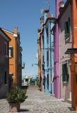 Μια στενή οδός με τα χρωματισμένα σπίτια Στοκ Φωτογραφίες