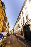 Μια στενή οδός στην παλαιά πόλη του Ντίσελντορφ Στοκ εικόνα με δικαίωμα ελεύθερης χρήσης