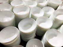 Μια στοίβα των άσπρων πιάτων Αφθονία των πιάτων Πιάτα από το εστιατόριο Άσπρα πιάτα Πιάτα για τα τρόφιμα Στοκ φωτογραφία με δικαίωμα ελεύθερης χρήσης