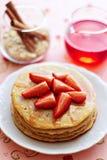 Μια στοίβα των τηγανιτών με τις φρέσκες φράουλες και sy Στοκ Φωτογραφίες