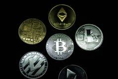 Μια συλλογή των χρυσών και ασημένιων νομισμάτων cryptocurrency στοκ εικόνες