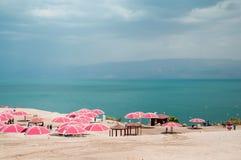Μια συμπαθητική ηλιόλουστη ημέρα στο νεκρό θέρετρο θάλασσας Ισραήλ Στοκ φωτογραφία με δικαίωμα ελεύθερης χρήσης