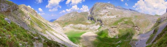 Μια συναρπαστική πανοραμική άποψη ενός οροπέδιου στη σειρά βουνών Pindus - Ελλάδα στοκ εικόνες