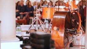 Μια συναυλία στη αίθουσα συναυλιών Μια εξάρτηση τυμπάνων και ένας υγιής εξοπλισμός απόθεμα βίντεο