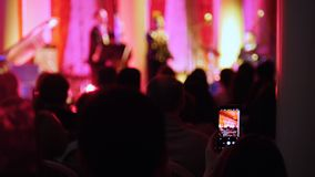 Μια συναυλία τζαζ στη αίθουσα συναυλιών Άνθρωποι που κάθονται στην αίθουσα απόθεμα βίντεο