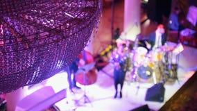 Μια συναυλία τζαζ στη αίθουσα συναυλιών Καλλιτέχνες που στέκονται στο στάδιο και που κάνουν μια απόδοση απόθεμα βίντεο