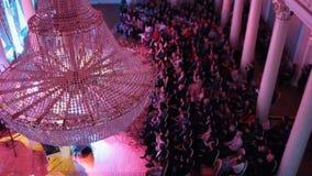 Μια συναυλία τζαζ στη αίθουσα συναυλιών με έναν μεγάλο πολυέλαιο κρυστάλλου Άνθρωποι που κάθονται στις καρέκλες απόθεμα βίντεο
