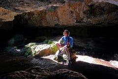 Μια συνεδρίαση ατόμων στις σπηλιές Σαλαμάνκας, Ουρουγουάη στοκ φωτογραφία