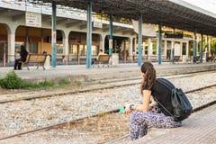 Μια συνεδρίαση γυναικών στην πλατφόρμα του σταθμού τρένου της Larissa στοκ εικόνα με δικαίωμα ελεύθερης χρήσης
