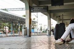 Μια συνεδρίαση επιβατών που περιμένει ένα τραίνο στο σταθμό τρένου της Larissa στοκ εικόνες