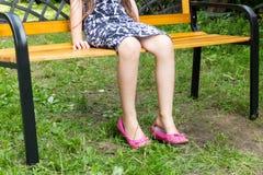 Μια συνεδρίαση κοριτσιών μόνο στην αναμονή πάγκων στοκ φωτογραφίες με δικαίωμα ελεύθερης χρήσης