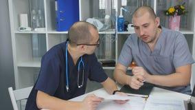 Μια συνεδρίαση των γιατρών στο γραφείο του προϊσταμένου του θεραπευτικού τμήματος απόθεμα βίντεο