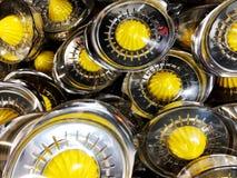 Μια συσκευή για τον πορτοκαλή χυμό σταφυλιών ή έναν χυμό multivitamin συμπιέζει το χυμό επάνω σε ένα φορητό μέταλλο juicer Στοκ Φωτογραφίες