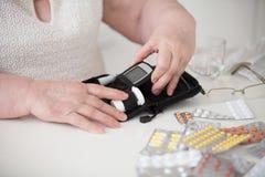 Μια συσκευή που μετρά τη γλυκόζη στο αίμα στοκ φωτογραφία