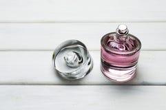 Μια συσκευασία μπουκαλιών του ρόδινου ΚΥΡΙΟΥ αρώματος Femme για τις γυναίκες από τη Hugo Boss Στοκ Φωτογραφία