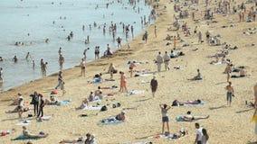 Μια συσσωρευμένη παραλία το καλοκαίρι σε Velikiy Novgorod απόθεμα βίντεο