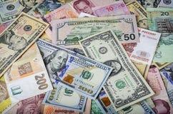 Μια συλλογή των διάφορων ξένων νομισμάτων από τις χώρες που εκτείνονται τη σφαίρα Στοκ φωτογραφία με δικαίωμα ελεύθερης χρήσης