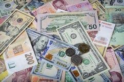 Μια συλλογή των διάφορων ξένων νομισμάτων από τις χώρες που εκτείνονται τη σφαίρα Στοκ Εικόνα