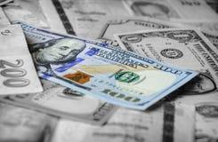Μια συλλογή των διάφορων ξένων νομισμάτων από τις χώρες που εκτείνονται τη σφαίρα Στοκ εικόνα με δικαίωμα ελεύθερης χρήσης