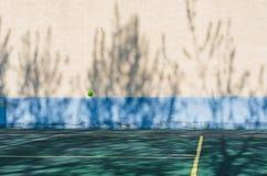 Μια σφαίρα αντισφαίρισης που πετά στον αέρα στοκ εικόνα