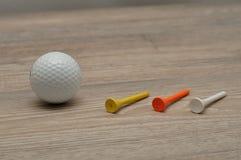 Μια σφαίρα γκολφ με tee& x27 s στοκ εικόνες με δικαίωμα ελεύθερης χρήσης