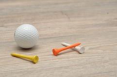 Μια σφαίρα γκολφ με tee& x27 s στοκ εικόνα