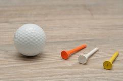Μια σφαίρα γκολφ με tee& x27 s στοκ φωτογραφία