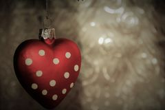 Μια σφαίρα Χριστουγέννων σε μια μορφή καρδιών Στοκ φωτογραφίες με δικαίωμα ελεύθερης χρήσης