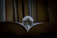 Μια σφαίρα meditaton σε ένα παλαιό βιβλίο στοκ φωτογραφίες με δικαίωμα ελεύθερης χρήσης