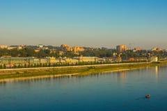 Μια σύγχρονη πόλη στην όχθη ποταμού Στοκ εικόνα με δικαίωμα ελεύθερης χρήσης