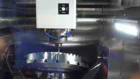 Μια σύγχρονη CNC μηχανή άλεσης κάνει μεγάλο cogwheel φιλμ μικρού μήκους
