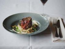 Μια σύνθεση γευμάτων σε ένα θολωμένο υπόβαθρο εστιατορίων Ένα νόστιμο πιάτο έπειτα διάστημα αντιγράφων Στοκ εικόνες με δικαίωμα ελεύθερης χρήσης