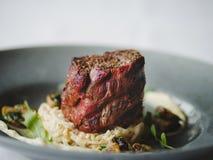 Μια σύνθεση γευμάτων σε ένα θολωμένο υπόβαθρο εστιατορίων Ένα νόστιμο πιάτο έπειτα διάστημα αντιγράφων Στοκ Εικόνες
