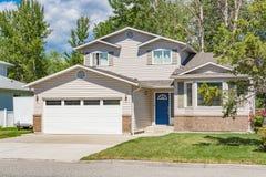 Μια τέλεια γειτονιά Οικογενειακό σπίτι με το εξωραϊσμένο μπροστινό ναυπηγείο και συγκεκριμένο driveway Κατοικημένο σπίτι με το ευ Στοκ Εικόνες
