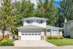 Μια τέλεια γειτονιά Οικογενειακό σπίτι με το εξωραϊσμένο μπροστινό ναυπηγείο και συγκεκριμένο driveway Κατοικημένο σπίτι με το ευ Στοκ φωτογραφίες με δικαίωμα ελεύθερης χρήσης