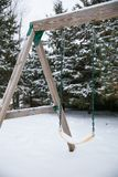 Μια ταλάντευση δέντρων στη χειμερινή ένωση μόνη Στοκ εικόνα με δικαίωμα ελεύθερης χρήσης