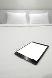 Μια ταμπλέτα σε ένα κρεβάτι Στοκ φωτογραφία με δικαίωμα ελεύθερης χρήσης