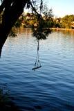 Μια ταλάντευση όπως την αναστολή πέρα από τα νερά λιμνών στοκ εικόνες